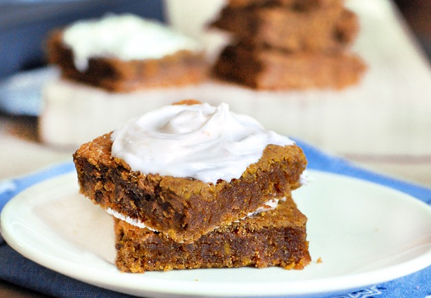 Soft and moist homemade pumpkin bars, with just a few basic ingredients and no oil whatsoever! You won't be able to stop at just one, trust me! Find out how to make them here:  https://chocolatecoveredkatie.com/2011/09/23/pumpkin-cream-cheese-bars/