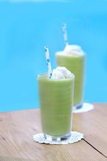Avocado Shake - Tastes Exactly Like A Vanilla Milkshake (Seriously) http://chocolatecoveredkatie.com/2013/09/23/avocado-smoothie/