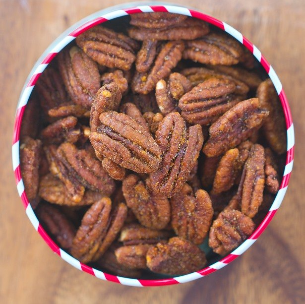 Easy Crock-Pot Cinnamon Pecans – these make great holiday gifts, and all you have to do is throw everything into the slow cooker… Other nuts can be substituted for the pecans http://chocolatecoveredkatie.com @choccoveredkt