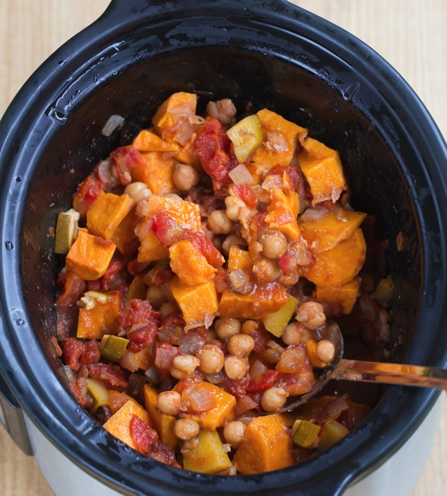 "Crock Pot Chili - An easy & filling ""one bowl"" healthy homemade meal, from @choccoveredkt. Just throw the ingredients into the slow cooker... Dinner practically makes itself!!! http://chocolatecoveredkatie.com/2016/01/28/crock-pot-sweet-potato-chili/"