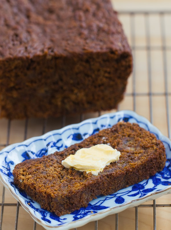 Gingerbread Banana Bread - a super healthy breakfast recipe for the holidays / EASY to make + leftovers can be frozen for later https://chocolatecoveredkatie.com/ @choccoveredkt